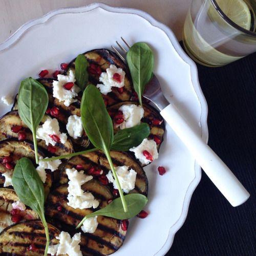 Grilovaný lilek Lilek nakrájejte na 0,5 - 1 cm široké plátky, potřete z obou stran olivovým olejem a položte na rozpálenou grilovací pánev, opečte z obou stran, servírujte s kozím sýrem, granátovým jablkem a baby špenátem ❤️