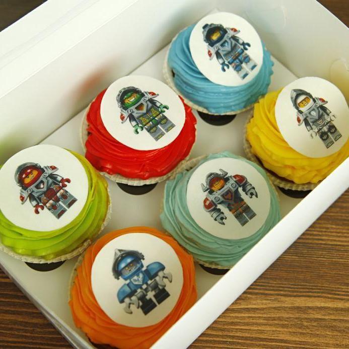 Лего – конструктор, который на протяжении многих лет радует не только детей, но и взрослых. Наша кондитерская рада предложить для Вас торты, пирожные, капкейки и кейкпопсы с изображением либо фигурками любимых персонажей Лего! Играйте со вкусом 😉  Расскажите нам о Вашей идее, задумке или тематике праздника по телефону/WhatsApp/Viber +7(495)565-3838, или выберите подходящую модель из коллекции наших шедевров на сайте www.abello.ru, и мы изготовим и доставим роскошный #тортик от Кондитерской…