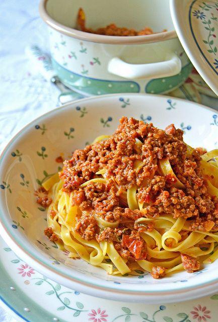 I piatti della cucina tradizionale  della Regioni d'Italia Tagliatelle al ragù alla bolognese #comunichiamoalmondolitalia  #leregioniuniteditalia #marketingdelleregioni