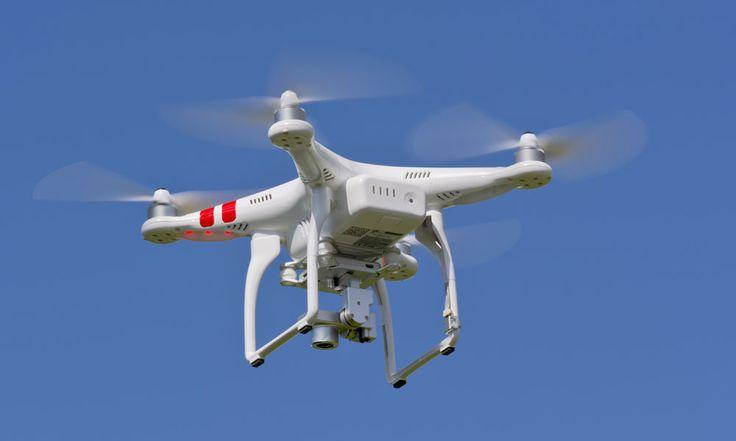 Dron entrega paquete en zona residencial