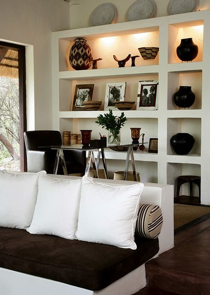 Afrocentric style decor design centered on african for Objet deco sejour