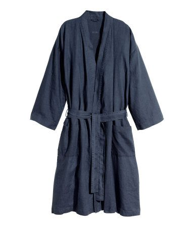 PREMIUM QUALITY. Bathrobe in washed linen with two front pockets and tie belt. Unisex.