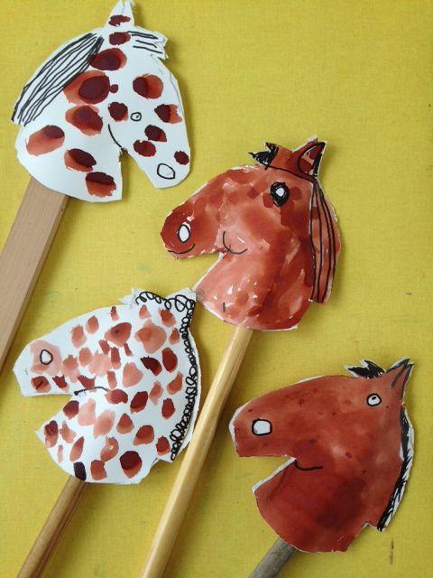 Stokpaard -> sjabloon uitknippen, 'gezicht' tekenen en schilderen met ecoline.