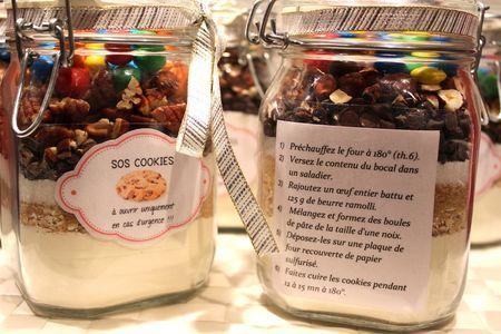 - 1 bocal de 1L en verre  - 250 g de farine  - 1 pincée de sel  - 1 càc de levure chimique  - 80 g de flocons d'avoine  - 100 g de sucre roux  - 100 g de sucre en poudre  - 100 g de pépites de chocolat  - 80 g de noix, noisettes ou amandes  - 50 g de m's (facultatif)  _____  étiquette:  1 Préchauffez le four à 180°  2 Versez dans un saladier  3 Rajoutez 1 œuf battu et 125 g de beurre   4 Mélangez et formez des boules de pâte  5 Posez-les sur du papier sulfurisé  6 Cuire 12 à 15 mn à 180°