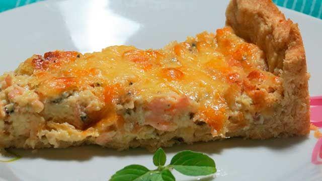 Quiche de Salmão com Queijo Gorgonzola Embora atualmente a quiche seja um prato tradicional da culinária francesa, sua origem é alemã, do reino medieval