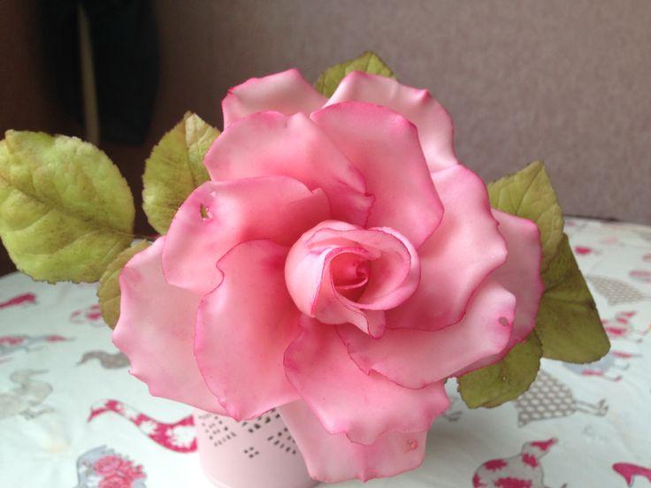 Роза из сахарной мастики.