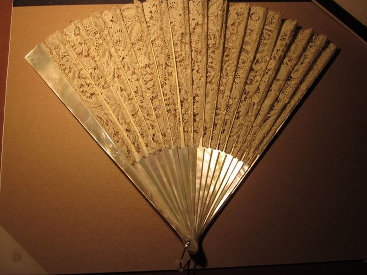 VINTAGE VICTORIAN LACE FAN - MOTHER OF PEARL STICKS