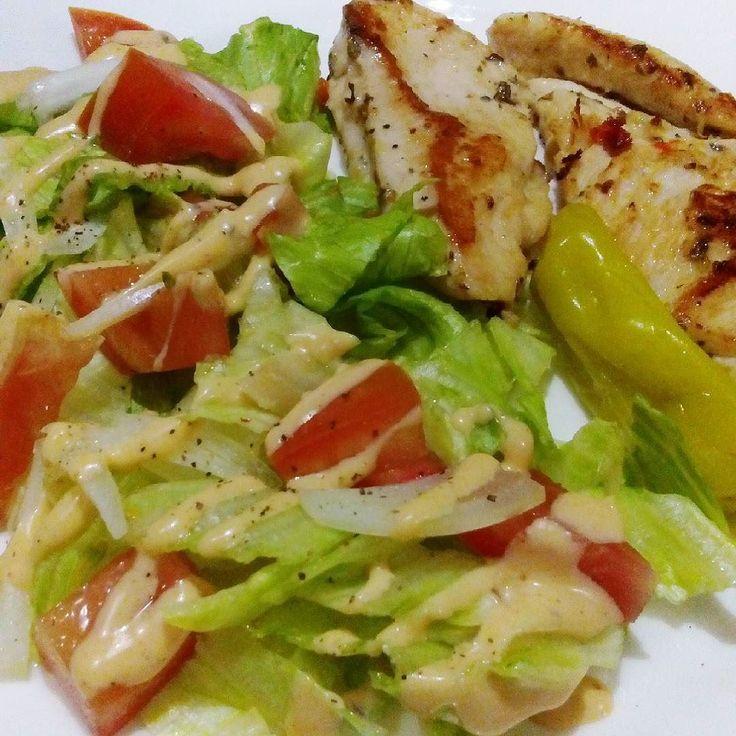 Pollo a la plancha y ensalada con aderezo de queso chipotle de Briannas para la cena  Mi obsesión del momento: peperoncino  by ketochibis