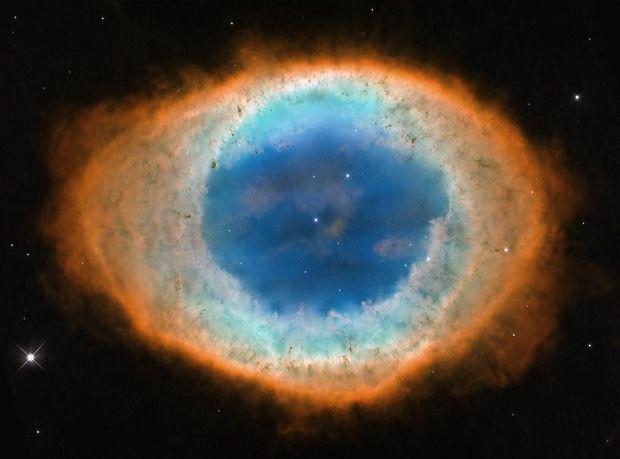 Œil céleste ou lagon stellaire ? La nébuleuse de la Lyre est située à plus de 2 000 années-lumière de nous. Cet objet céleste se concentre autour d'un point central lumineux : il s'agit d'une naine blanche, une étoile à la surface extrêmement chaude. La nébuleuse, qui est toujours en expansion, doit ses différentes couleurs aux gaz qui la composent et aux filtres de perception du télescope Hubble.