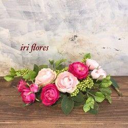 ✳︎ピンクローズの2wayアレンジ 人気スワッグ✳︎〜絵画のような美しいアレンジメント〜iri flores(イリフローレス)の商品をご覧いただきありがとうございます。<商品詳細>◇サイズ 横幅約35cm×奥行き約18cm◇ラッピング無料◇花器不使用。割れる心配はありません上質なアーティフィシャルフラワーを使用しています。2色のピンクローズをたっぷり使った可愛らしいアレンジです。グリーン色の実が、ローズの瑞々しさを引き立てます。壁掛け&横置きいずれにもお使いいただけます。お玄関、リビング、観葉植物の鉢にそえたりと、使い方は様々。お部屋の雰囲気や気分によって、ささっと置き場所を変えられるところが魅力の一つです。片手で持ち運び可能です♪花器を使用していないので割れる心配もありません(^^)ご自宅用としてはもちろん、大切な方への贈り物としていかがでしょうか。◇ご好評をいただいているスワッグです。受注製作のため、写真と実物のデザインが少々異なりますが、デザイナーが1点1点美しく見えるバランスを考えお作りしています。ローズのお色と全体のサイズは同じです◇ローズ好きの方、ピンク好きの...
