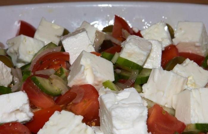 Рецепт приготовления классического греческого салата не так просто отыскать, поскольку много его вариаций, и каждый готовит салат по-своему. Но традиц