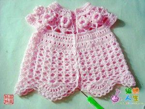 Küçük Kız Bebekler İçin Tığ İle Örülen Hırka Modeli Ve Resimli Anlatımı.Çok Güzel Bir Pembe Bebek Hırkası.Tığ İle Motifler Yapılmış, Hırkanın tamamı tığ ile işleniyor.biraz zahmetli gibide görünse tığ işi bilenler için kolay ve çok nefis bir çocuk hırkası. öncelikle 10 Adet Çiçek Motif Örüyoruz. motifler tığ ile birleştirip tek tarafından bir sıra zincirle çiçeklerin içinden alarak zincir sıra örüyoruz. bir sıra tekli sık trabzan,bir sıra 3 zincir tek trabzan yapıyoruz. anlamadısanız altaki…