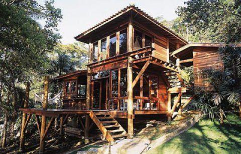 O lote onde esta casa foi construída tem 570 x 21 m em Paraty, RJ. O material para a construção teve que chegar até lá de barco. O projeto é da arquiteta Daniela Buissa.