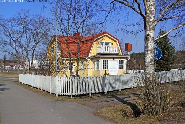 Mansardikattoinen talo 1930-luvulta - omakotitalo talo pientalo mansardikatto taitekatto arkkitehtuuri puuaita aita asuminen asunto koti  saneerattu peruskorjaus peruskorjattu kuisti rakennushistoria tyylisuunta  rakennuskulttuuri