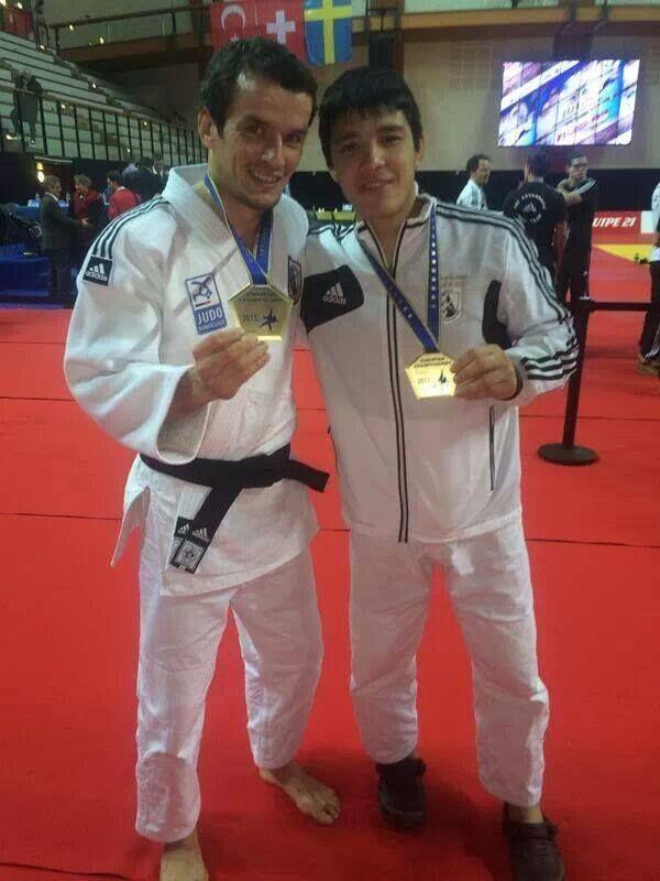 Sugoi luciendo la medalla de oro de Campeón de Europa de clubes