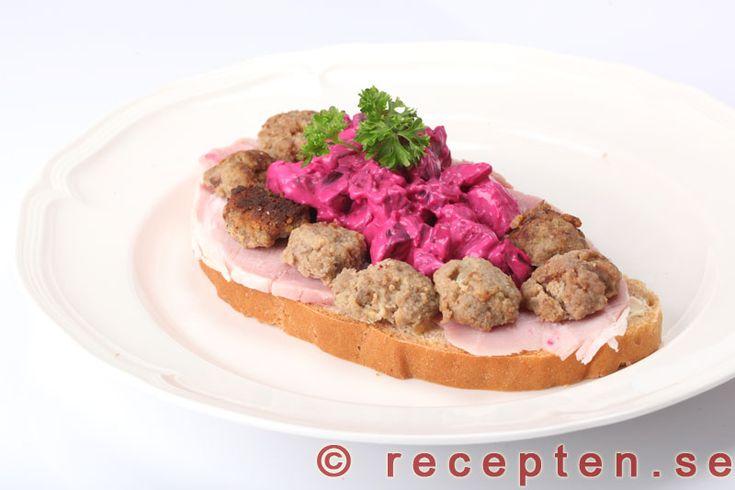 Julmacka - God julmacka med rödbetssallad och skinka. Julsmörgåsen passar bra som lätt lunch eller mellanmål.