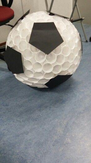 Surprise voetbal. Ongeveer 250 plastic bekertjes.