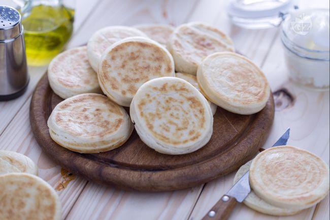 Le crescentine , chiamate comunemente tigelle, sono delle focaccine tipiche modenesi, preparate con un impasto di farina, strutto, lievito e acqua.