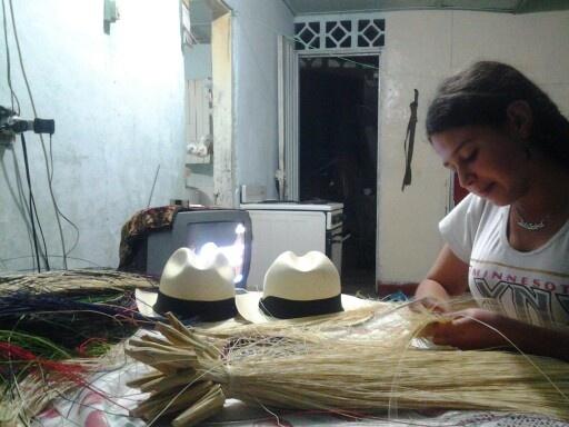 Lida, de 15 años, cumplió su sueño de conocer EU a los 12años, gracias al arte que le enseño su mamá: tejer sombreros aguadeños. Artesana representante de Colombia en el Smithsonian.