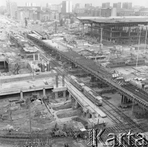 """Rozkopane skrzyżowanie Alei Jerozolimskich i ul. Chałubińskiego/Marchlewskiego (dziś Jana Pawła II) w 1975 r. W ówczesnych warunkach szacowany czas budowy obiektu wielkości Dworca Centralnego miał wynieść 3650 dni. Prace rozpoczęto w 1972, z polecenia Edwarda Gierka podejmując """"próbę 1100 dni"""", a więc ponad trzykrotnego skrócenia czasu robót. W ten sposób zdążono z otwarciem na 7. zjazd PZPR w grudniu 1975 i wizytę Breżniewa. Źródło: zbiory Ośrodka KARTA, fot. Romuald Broniarek"""