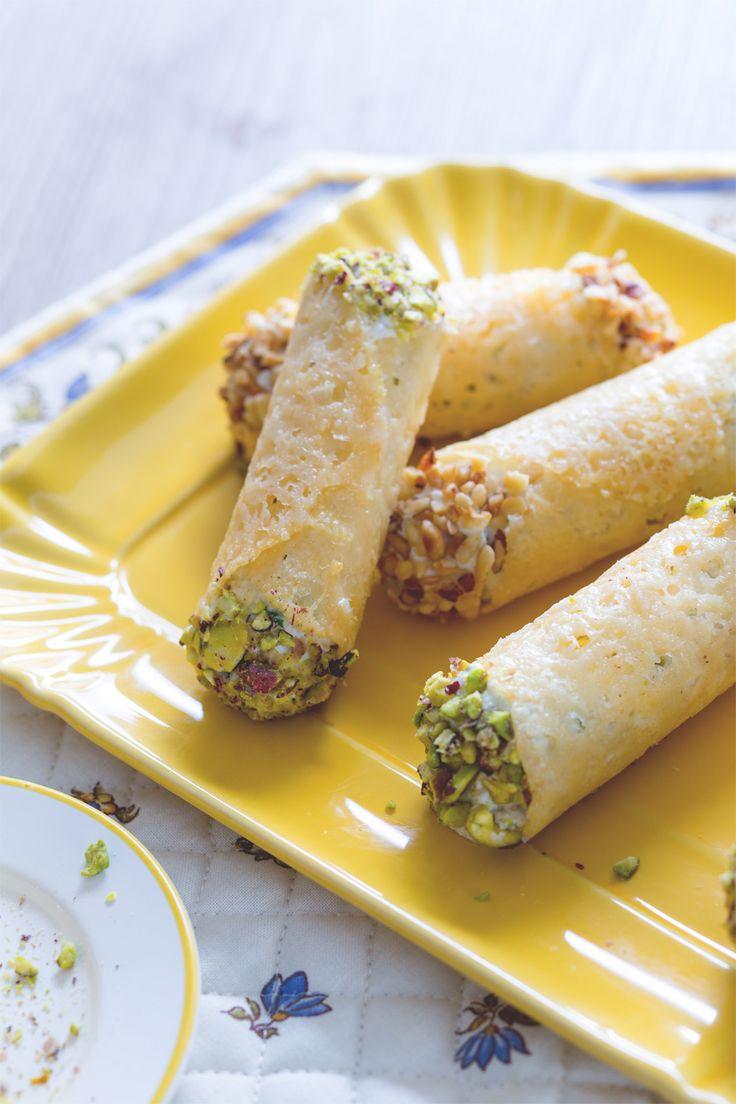 Cannoli di grana ripieni: croccanti cialde di formaggio farcite con una profumata crema di ricotta.  [Grana cheese cannolo stuffed with ricotta cheese cream]
