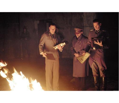 [b][ La Cada ] BR BRDireccin: [/b]Olivier Hirschbiegel. BR[b]Pas:[/b] Alemania. BR[b]Ao:[/b] 2004. BR[b]Duracin: [/b]150 min. BR[b]Gnero: [/b]Drama. BR[b]Interpretacin:[/b] Bruno Ganz (Adolf Hitler), Alexandra Maria Lara (Traudl Junge), Corinna Harfouch (Magda Goebbels), Ulrich Matthes (Joseph Goebbels), Juliane Khler (Eva Braun), Heino Ferch (Albert Speer), Christian Berkel (Sch