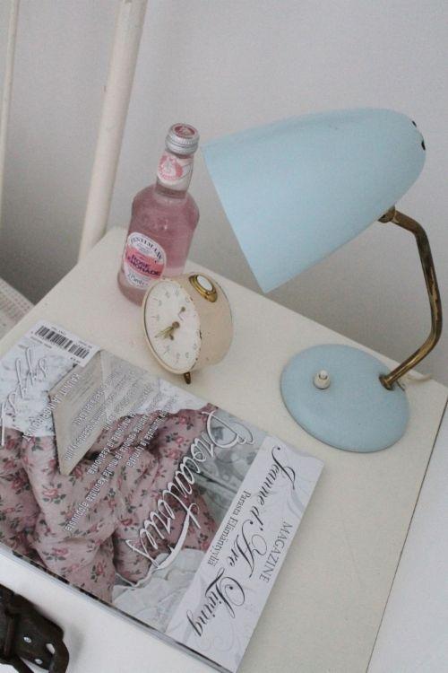 Vierashuoneen sisustus. Pastellisävyt, vanha lukulamppu ja kaunis vekkari toivottavat kauniita unia! 50-luvun talo, rintamamiestalo