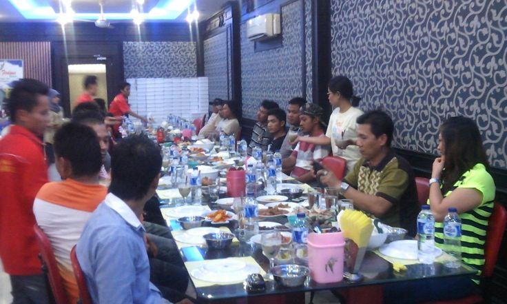 makan bersama anggota workshop Cv.kurnia Jasa Mandiri