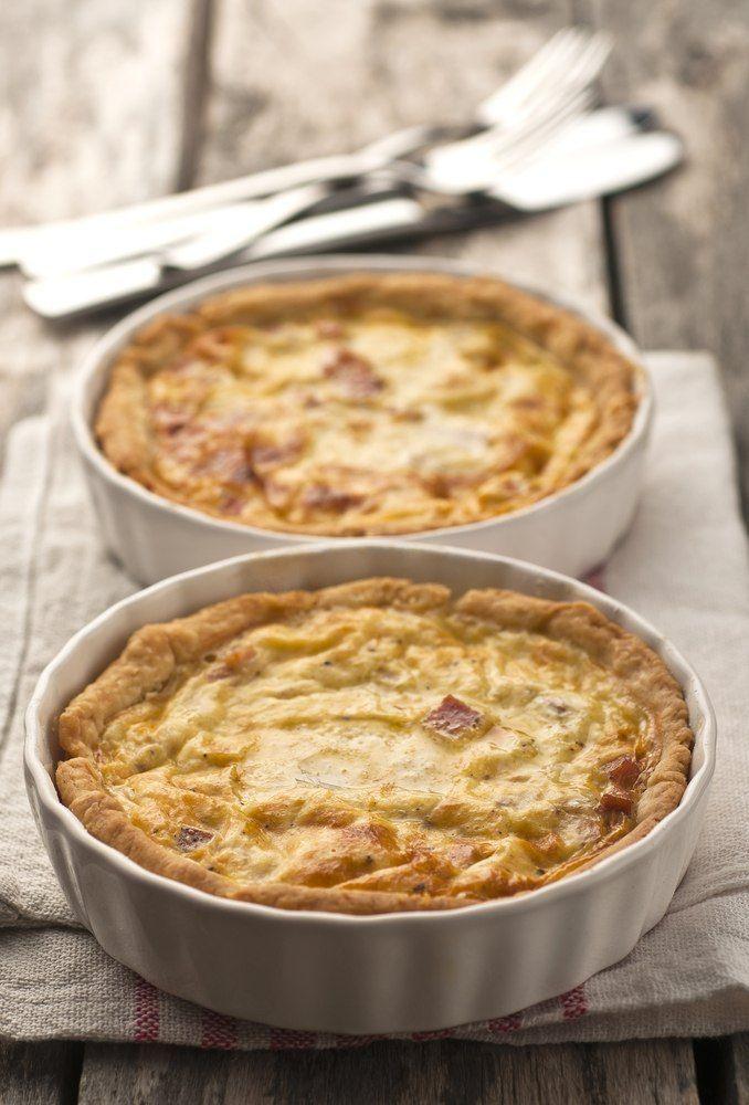 Bereiden: Maak eerste het deeg. Leg de bloem in een hoopje op het werkblad. Verdeel hierover de blokjes boter (op kamertemperatuur), voeg een snuif zout toe en meng voorzichtig. Maak een kuiltje in de bloem. Vul op met het water en breek het ei erin. Kneed kort tot een soepel deeg. Dek af met een propere keukenhanddoek en laat 30 minuten rusten op een koele plaats (koelkast). Kook de aardappelen gaar in licht gezouten water. Blancheer de spekblokjes kort en spoel af onder koud stromend…