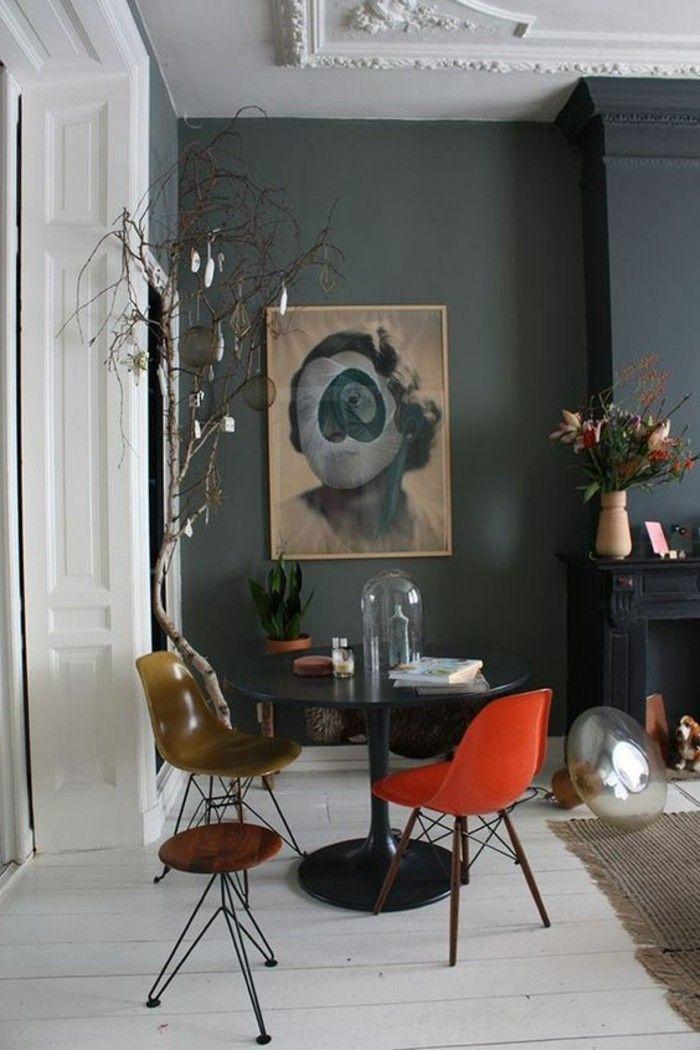 mur en gris anthracite, grand panneau d'art sur les murs dans le salon retro
