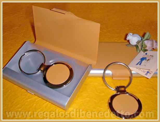 Llavero con caja que a su vez es tarjetero, se sirve en colores surtidos. #Detalles #Bodas #Wedding #Details