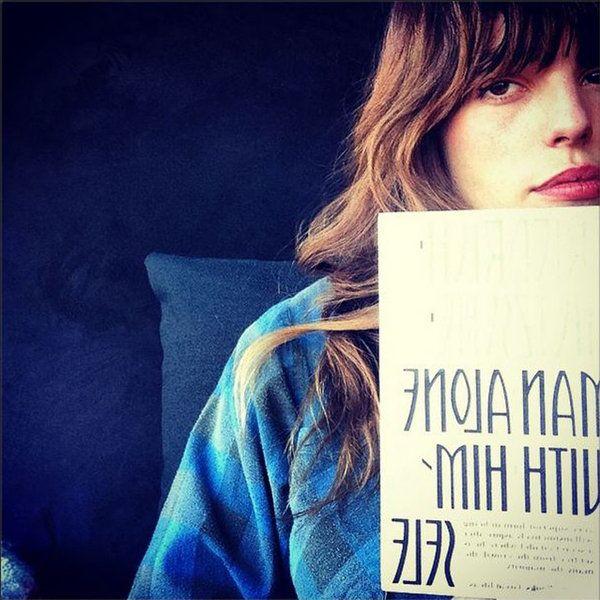 パリのスタイルアイコンを代表するルー・ドワイヨンは、新年早々、読書に没頭中。なかでも、フリードリヒ・ニーチェの「Woman Alone With Herself」がお気に入りのよう。