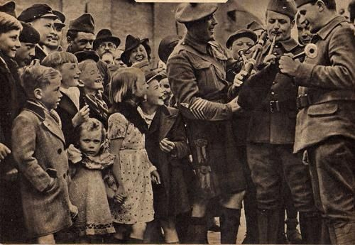 Old Bagpipe Photos | Phoney War: two french soldiers try the bagpipe of a scottish sergeant ...