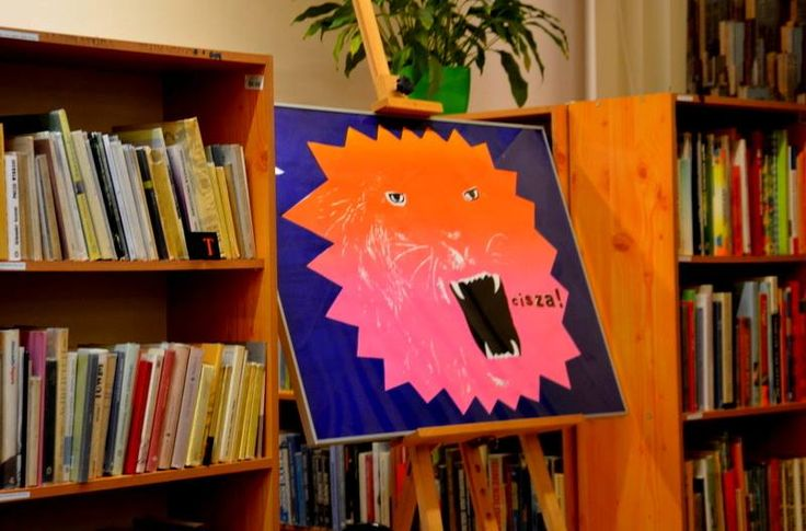 """1 grudnia o godzinie 18:00 w bibliotece przy Królewskiej 59 odbędzie się finisaż wystawy """"Plakaty"""" Marty Toporowskiej-Lazur ❗ Marta Toporowska-Lazur z zawodu i z zamiłowania jest grafikiem i rysownikiem. Ukończyła Katowicką ASP; była stypendystką Socrates/Erasmus w Universidado do Porto w Portugalii.  Zawodowo zajmuje się projektowaniem graficznym oraz ilustracją, prowadzi także warsztaty artystyczne dla dzieci i dorosłych.   Wydała trzy książki dla dzieci Nuda story, Sobą być i Przygody…"""