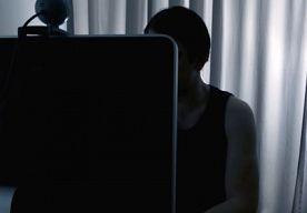 8-Apr-2014 10:01 - MAN (32) SCHULDIG AAN WEBCAMMOORD. Een 32-jarige man is schuldig bevonden aan een geruchtmakende webcammoord in het Canadese Toronto uit 2011. Een 23-jarige Chinese uitwisselingsstudente was met haar vriendje in China aan het Skypen toen een man haar kamer binnenkwam. Haar laptop werd een paar minuten later afgesloten. Haar vriendje hoorde nog dat ze verkracht werd en zag in een flits een naakt mannenlichaam.