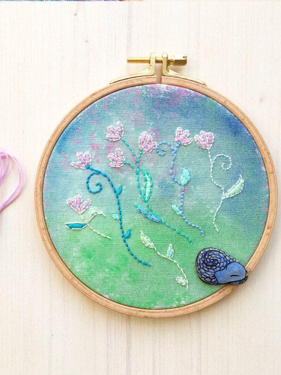Hoop Art quadro dipinto e ricamato con piccolo drago blu addormentato by Mammabook #italiasmartteam #etsy