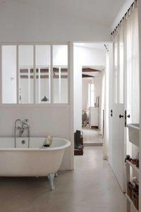 verrière en blanc aussi salle de bain