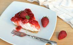 Niente forno per questa cheesecake fredda alle fragole freschissima e veloce. Una cremosità da paura, una base biscotto leggera e tanta frutta di stagione.