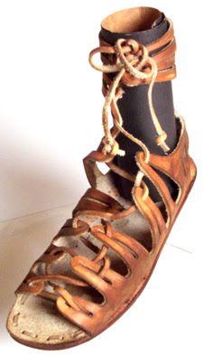 Réplicas de sandálias gregas-romanas de 465 a. C. - MNC, Museu Nacional de Calçado do Brasil  Na Roma Antiga o calçado indicava a classe social. Os cônsules usavam calçado branco, os senadores calçado castanho, preso por quatro fitas pretas de couro, atadas a dois nós. As legiões usavam  botas de cano curto que descobriam os pés.