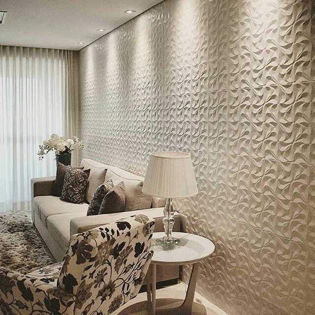 Sala super charmosa com um toque especial na parede com o Quitan. Projeto @liviaas