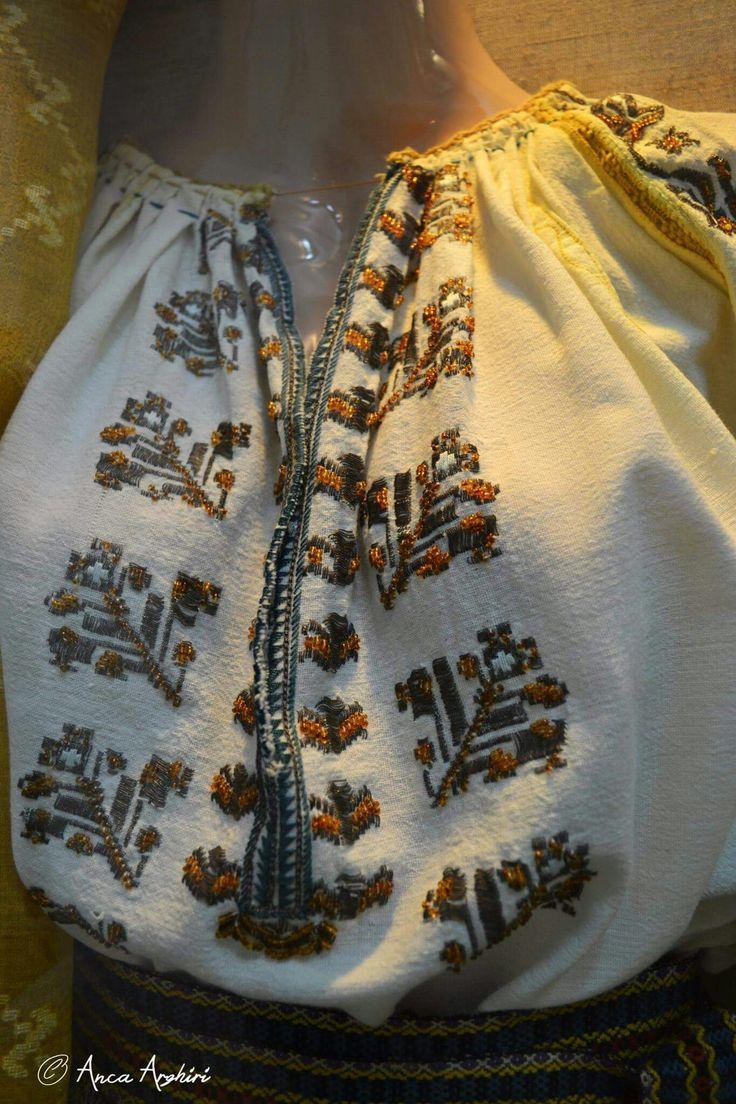 Romanian blouse detail - Racoasa, Vrancea @ Comori etnografice Facebook page