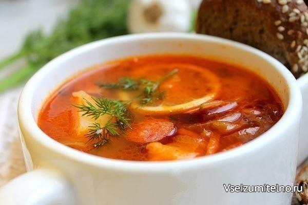 Солянка с колбасой.   Ингредиенты: вода – 2 л.; картофель – 300г; лук зеленый – 2-3 пера (для бульона); лук репчатый – 1 шт.; морковь – 150г; маринованные огурцы – 2 шт.; лимон – 3 дольки; охотничьи (баварские) сосиски – 3 шт.; копченный балык или грудинка – 150г; соль – 0.5 ст. ложки; томатная паста – 1 ст. ложка; перец – по вкусу; подсолнечное масло – 15 мл.  Из указанного числа ингредиентов у вас получится 5-6 вкуснейших порций солянки.  Традиционных и популярных блюд в русской кухне…