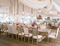 Bodas de 1000 $ - 4000 $ Este modelo de presupuesto se caracteriza por:  Arreglos florales elaborados. Puedes jugar con los tamaños y formas.  Hay mayor variedad de flores.  Los diseños son más atrevidos.  Involucra mesas y sillas de diseño. Incluye iluminación LED para crear ambientes diferentes. Lleva mayor disposición de accesorios y detallitos de lujo.  Hasta se pueden agregar áreas lounge.
