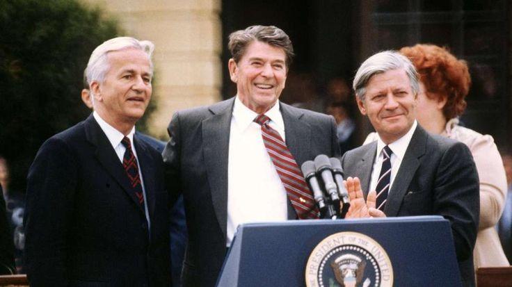 11. Juni 1982: Weizsäcker mit US-Präsident Ronald Reagan und Bundeskanzler Helmut Schmidt im Park des Charlottenburger Schlosses in Berlin http://www.bild.de/politik/inland/richard-von-weizsaecker/das-deutsche-gewissen-39554174.bild.html