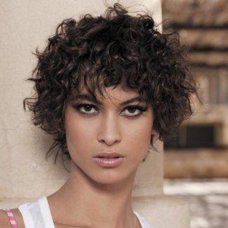 Belle coupe courte cheveux bouclés naturels
