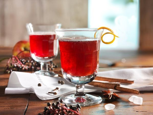Alkoholfreier winterlicher Apfel-Holunder-Punsch Rezept: Tassen,Bio-Orangen,Apfelsaft,Holundersaft,Nelken,Zimtstangen,Sternanis,Pimentkörner,Kandis,Zitronensaft