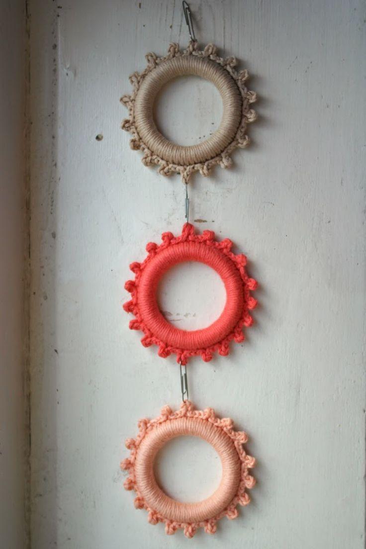 Tutorial crochet picture frame by De HaakBrigade made for a special edition 101 woonideeën about crochet #101haakspecial ✿⊱╮Teresa Restegui http://www.pinterest.com/teretegui/✿⊱╮