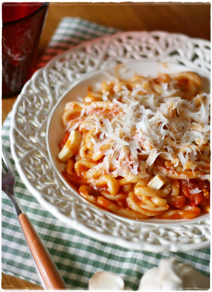Pici all'aglione - Pici pasta with garlic and tomato sauce ... A traditional tuscan pasta dish!