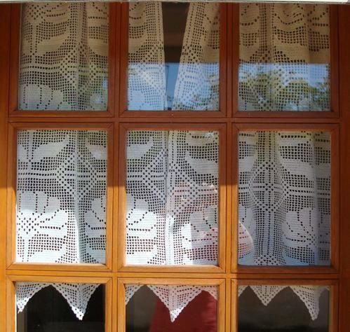 J'ai toujours aimé coudre, broder, tricoter ou crocheter. J'ai réalisé ces rideaux au crochet il y a 25 ans,au départ c'étaient les rideaux de la cuisine de mon appartement à Rouen. Depuis j'ai beaucoup déménagé, ces rideaux ont connu beaucoup de fenêtres,...