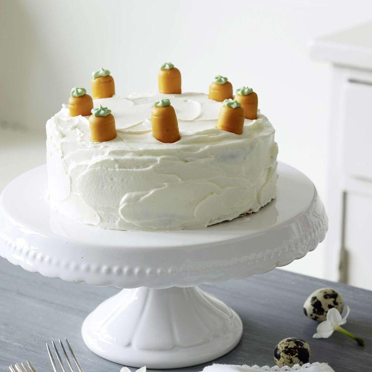 Karottentorte mit Marzipanrüebli. Noble Neuinterpreation der Aargauer Rüeblitorte, garniert mit Frischkäse-Creme und Marzipan-Karotten. Als Dessert, Oster-Gebäck oder Geburtstagskuchen.